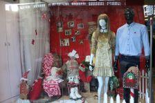 Aparador d'una botiga de roba del carrer Major durant el Nadal del 2017