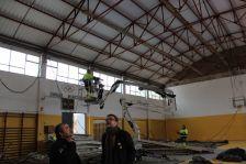 Els regidors Serratosa i Sánchez visiten les obres de la coberta del gimnàs municipal