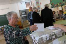 Una dona exercint el seu dret a vot a les anteriors eleccions al Parlament, celebrades al 2015