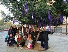 Participants a la penjada de llaços a Can Sant Joan, amb la regidora d'Igualtat, Jessica Segovia