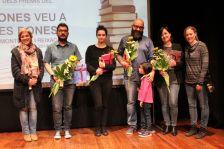Fotografia de les persones guardonades al premi de microrelats, amb les autoritats municipals