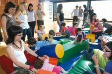 Espai on les famílies juguen amb els seus fills i filles. Activitat de recolzament i convivència.