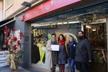 Tere Castillo i Manoli Gómez, de la botiga Tot&Més, amb la regidora de Comerç, Montse Ribera, i el president de l'Àrea Econòmica, Óscar Gil