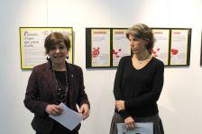 L'alcaldessa i la responsable del Servei Local de Català, durant la inauguració de 'Paraules d'aquí que venen d'allà'