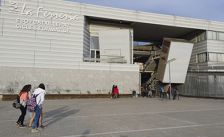 Alumnes entrant a l'institut La Ferreria