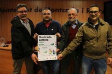 Representants de l'organtizació de 'Montcada Camina', amb el cartell de la presentació de l'acte