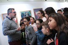 Visita escolar a l'exposició sobre Joan Capella, comissariada per l'artista Maese Pérez