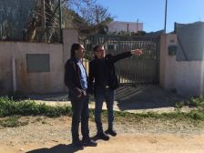 Moment de la visita de Mut al carrer Quixot, acompanyat del regidor d'Urbanisme, Jordi Sánchez